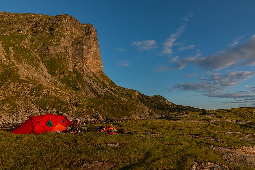 Hilleberg Tarra med Lovundfjellet i bakgrunden