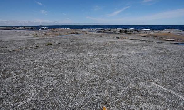 Många och stora flata hällar på Håkanskär