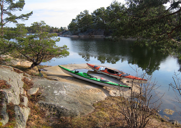 Kajakparkering vid fina sunder mellan Lilla & Stora Vippholmen
