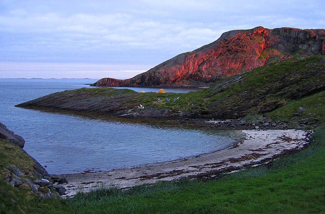 Stranden och finudden. Den skyddande ön i bakgrunden
