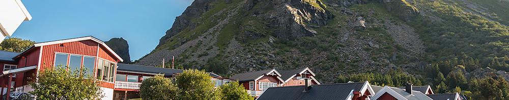 Lovund Rorbu Hotell med Lovunds topp i bakgrunden