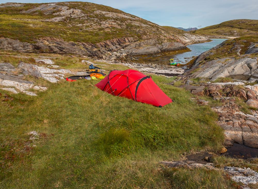 I bakgrund syns an fin strand på Buøya, dock väl långgrunt och längre bak sticker Rødøy upp