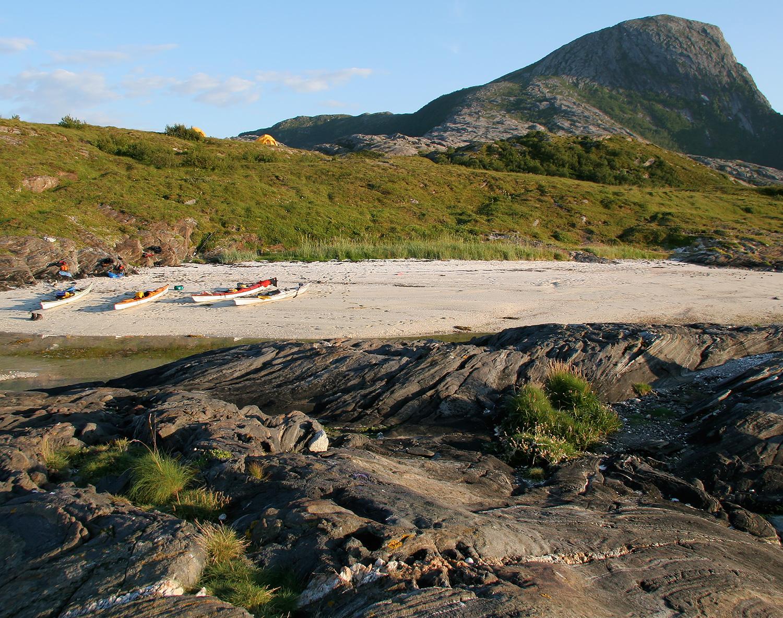 Kajakparkering, tältplats och toppen på Rødøy