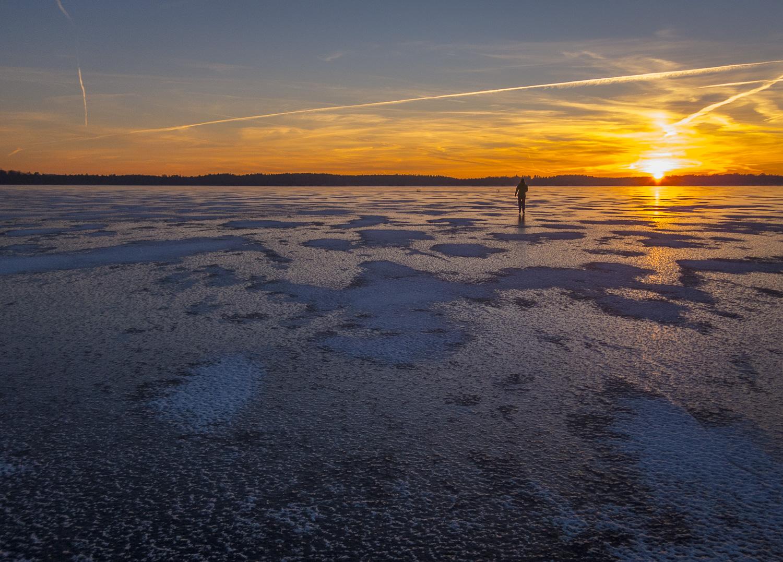 Långfärdsskridsko på Västersjön i solnedgångsljus