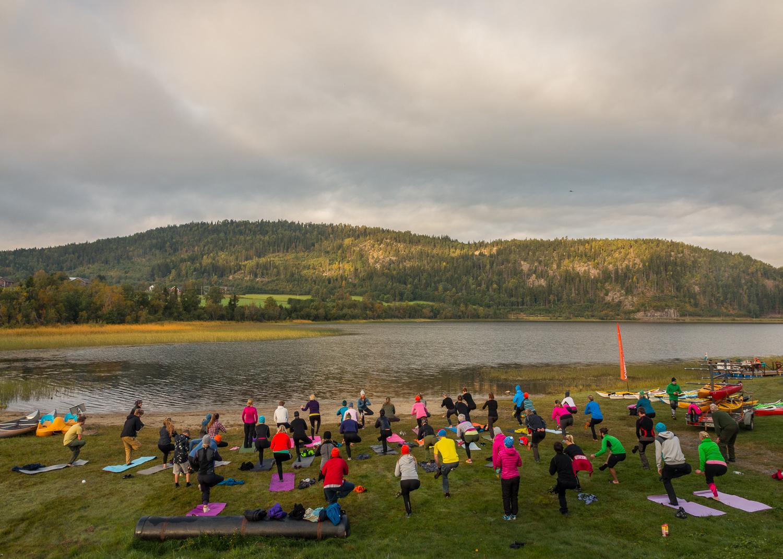 Yogamorgon vid sjön under Utefest